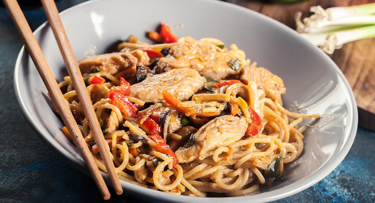 Pollo chow mein con pasta