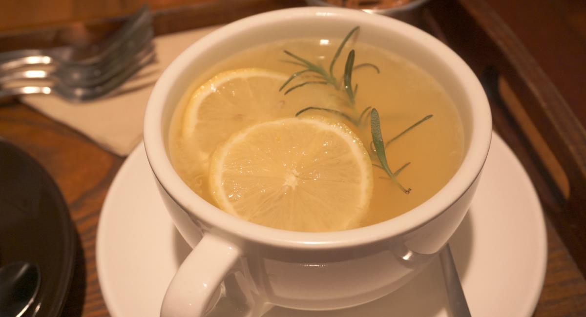 Limón caliente con ron