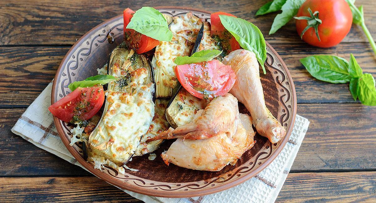 Pollo al estragón con berenjenas y salsa de albahaca