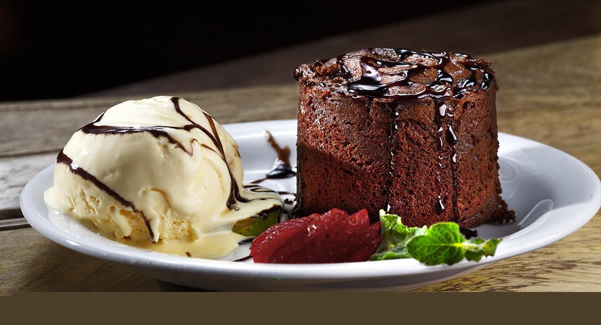 Bizcocho de chocolate con helado de nata