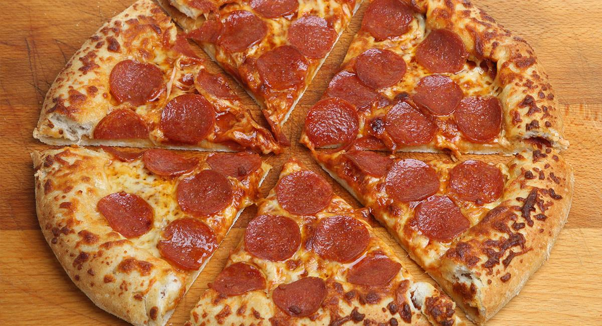 Pizza rellena de salchicha italiana y pepperoni