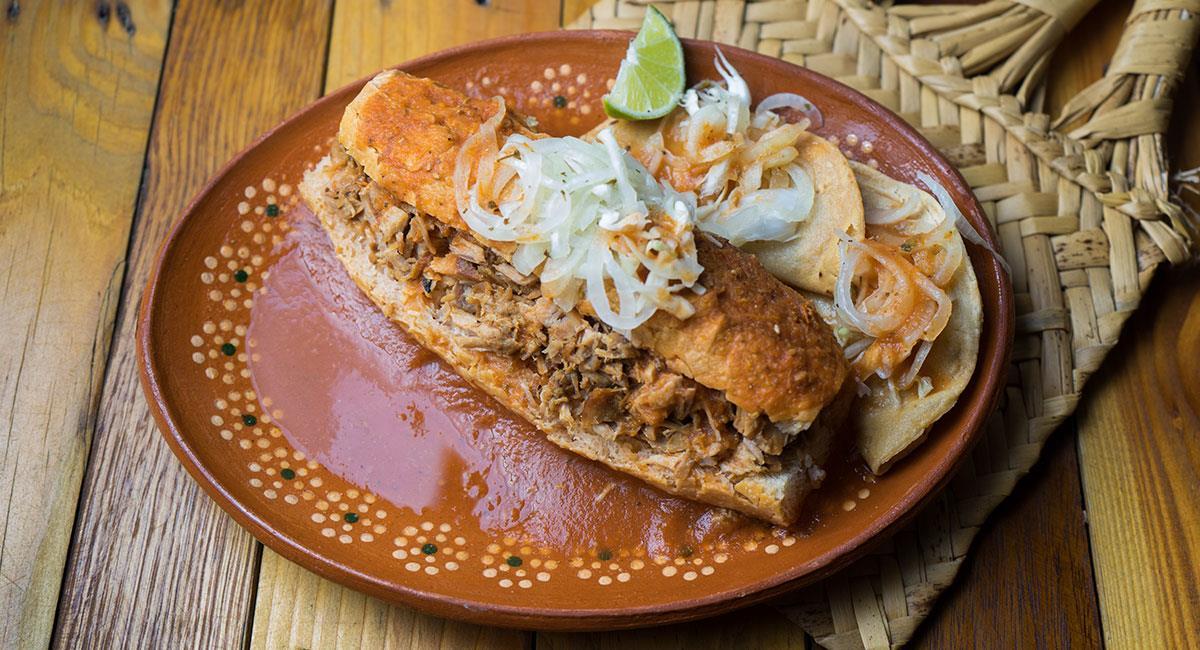 Torta mexicana de carnitas de cerdo