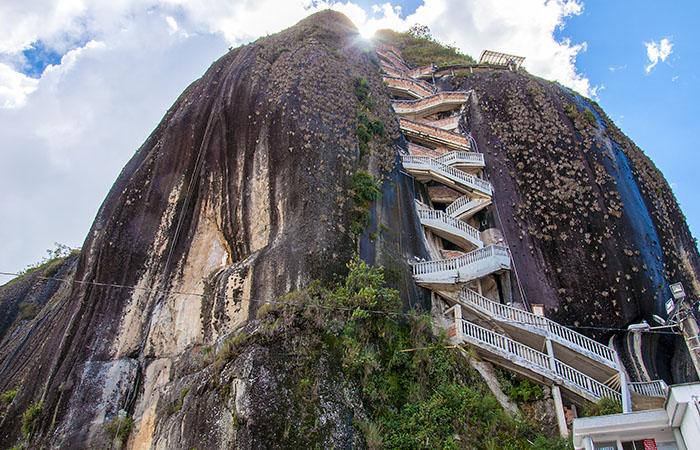 Roca de Guatape (Piedra de Penol) cerca de Medellín