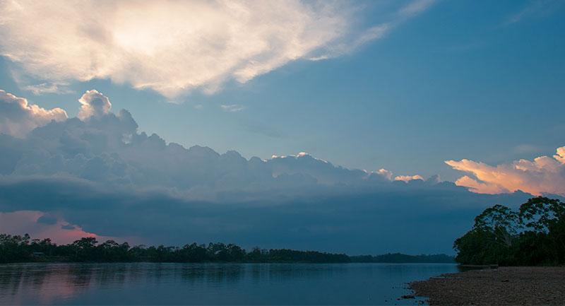 Atardecer en el río Putumayo - Shutterstock