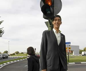 El hombre más alto del mundo asegura que no quiere crecer más