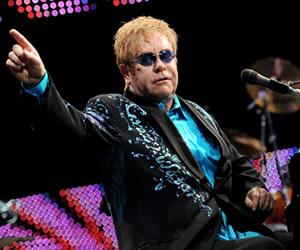 Elton John dirige un periódico con motivo del Día contra el Sida
