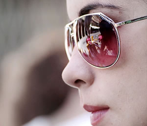 Estudio colombiano revela los riesgos de usar lentes de venta callejera
