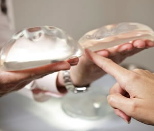 Advierten posible relación entre implantes de mama y un cáncer