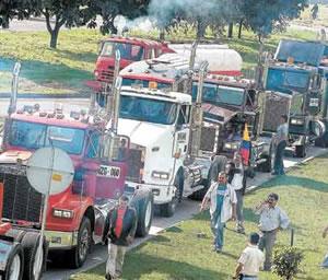 Gobierno llama al diálogo a camioneros en huelga