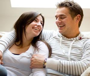 Vivir en pareja, una prueba para ellos y una vía hacia matrimonio para ellas