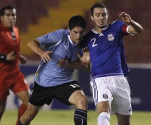El jugador de Argentina German Pezzella (d) lucha por el balón con Ramon Arias (i) de Uruguay/EFE