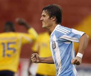 Bruno Zuculini de la selección de Argentina celebra tras anotar contra su similar de Colombia/EFE