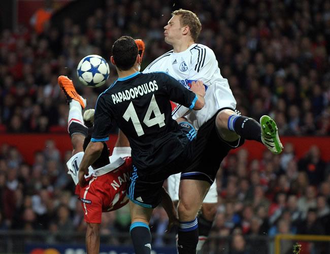 Nani (i) disputa el balón con el portero Manuel Neuer (d) y el jugador Kryakos Papadopoulos/EFE