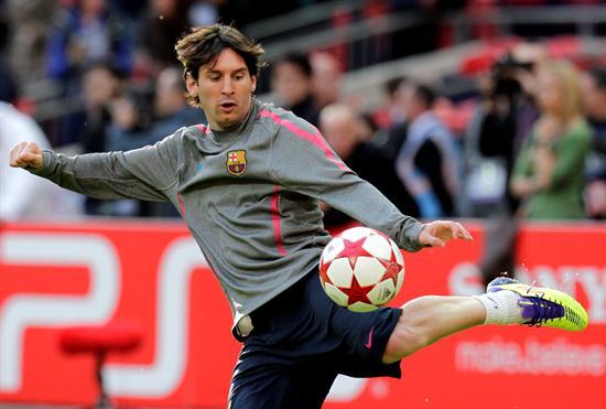 El delantero argentino del FC Barcelona Lionel Messi golpea el balón/EFE