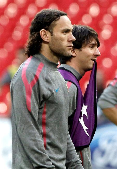 Los jugadores argentinos del FC Barcelona, el delantero Lionel Andres Messi (d) y el defensa Gabriel Alejandro Milito/EFE