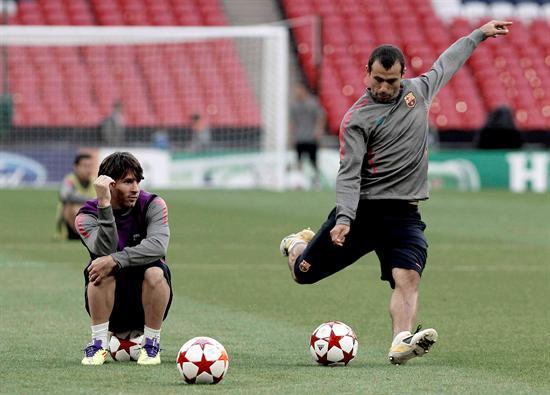 El centrocampista del FC Barcelona, Javier Mascherano (d), se dispone a chutar ante la mirada del delantero Lionel Messi/EFE