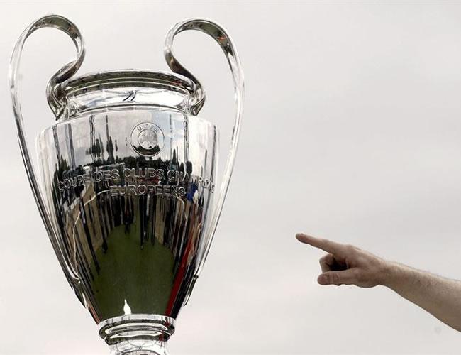 La 'orejona', el trofeo d ela Champions, recorre las calle de Wembley para que los aficionados la conozcan/EFE