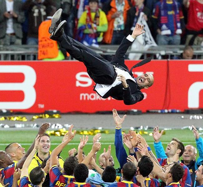 Joseph Guardiola levantado por sus jugadores. EFE