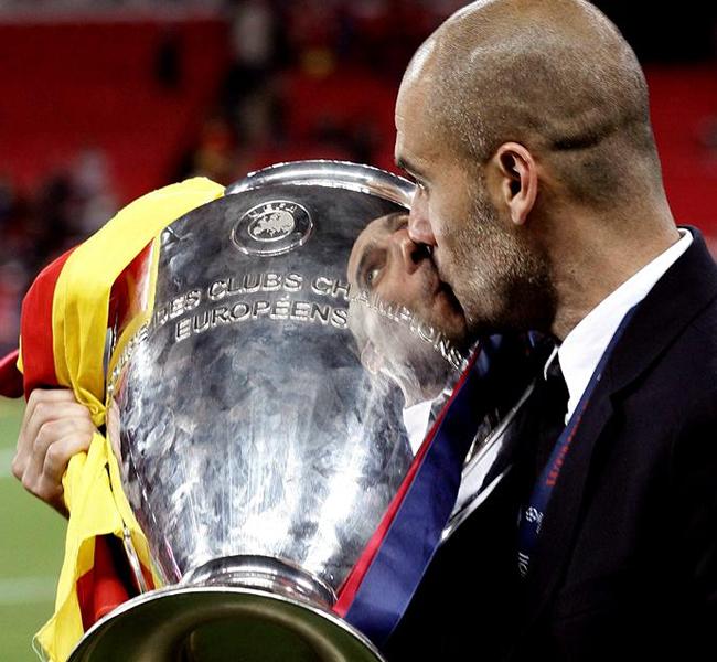 Joseph Guardiola besa su segunda Copa de Europa con el Barcelona. EFE