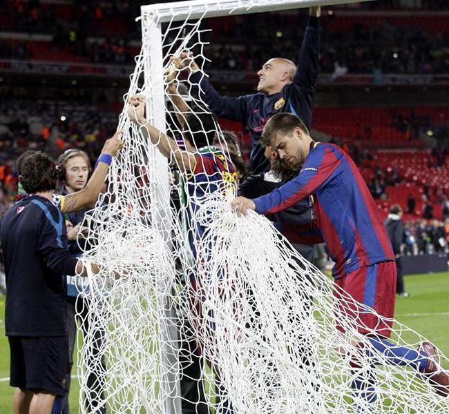 Gerad Piqué decidió llevarse la malla del arco como recuerdo de Wembley. EFE
