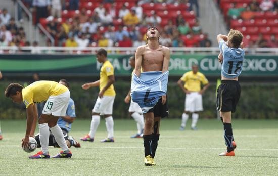 El centrocampista de Uruguay Leonardo País (c) celebra el triunfo del equipo ante Brasil. Foto: EFE