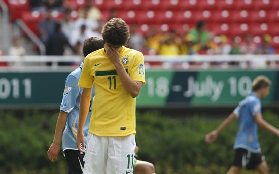 El delantero de Brasil Lucas Piazon se lamenta tras una falla ante Uruguay. Foto: EFE