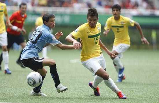 El defensa uruguayo Alejandro Furia (i) disputa el balón con Nathan (d) de Brasil. Foto: EFE