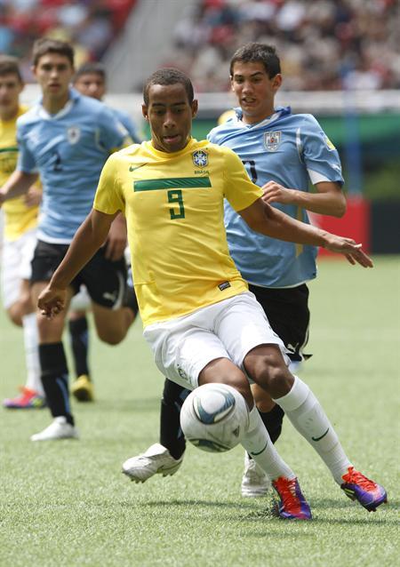 El defensa uruguayo Alejandro Furia (atrás) disputa el balón con Ademilson (frente) de Brasil. Foto: EFE