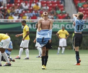 El centrocampista de Uruguay Leonardo País (c) celebra el triunfo del equipo ante Brasil/EFE