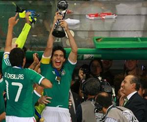 El defensa Antonio Briseño (c) de la selección de México Sub`17 recibe el trofeo/EFE