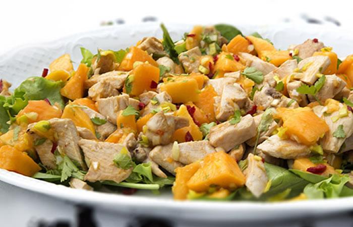 Pollo en ensalada de espinacas, mango y almendras