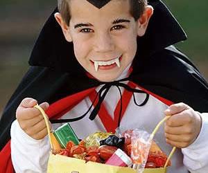Niños en noche de brujas con dientes sanos y fuertes