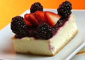 Pastel de queso, fresas y nata