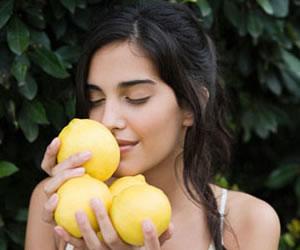 El limón de la mano de la belleza