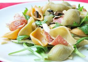 Ensalada de pasta y salami