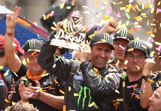 El piloto francés Stéphane Peterhansel celebra en el podio del Rally Dakar 2012. Foto: EFE
