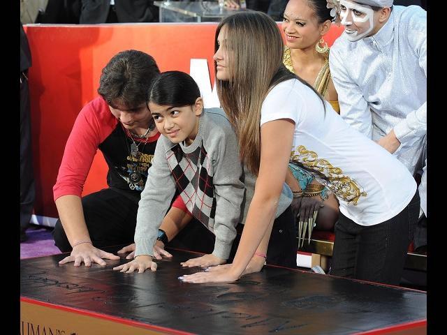 Hijos de Michael Jackson lo inmortalizan en el teatro chino de Hollywood
