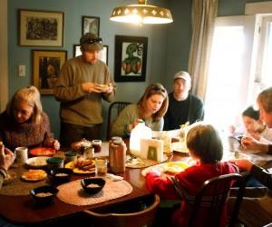 Comer en familia para prevenir adicciones