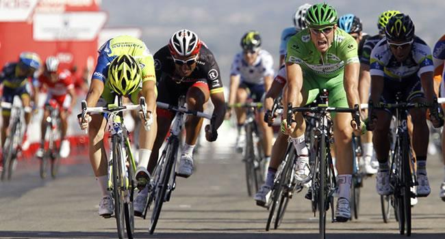 John Degenkolb (derecha, de verde) con esta, ha ganado tres etapas de la vuelta. Foto: EFE