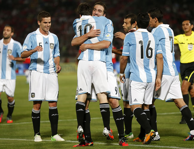 La pegada de Messi e Higuaín condenan a un Chile aguerrido