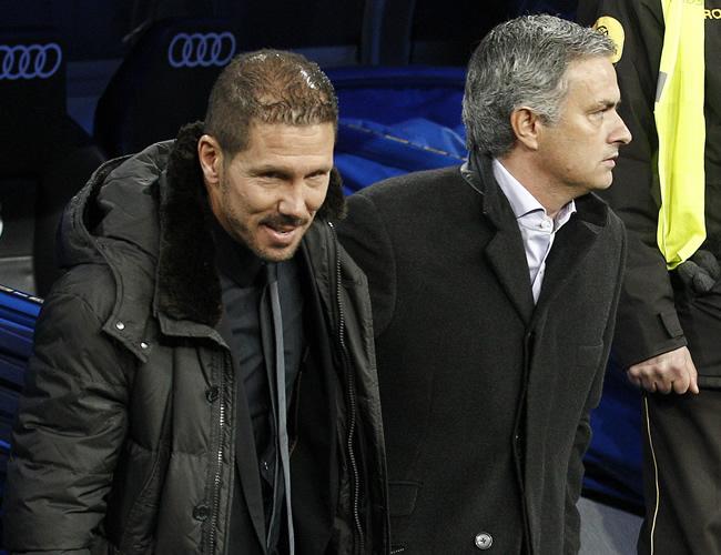 Los técnicos de Atlético de Madrid, el argentino Diego Simeone (i) y el portugués José Mourinho del Real Madrid (d) previo al partido. Foto: EFE