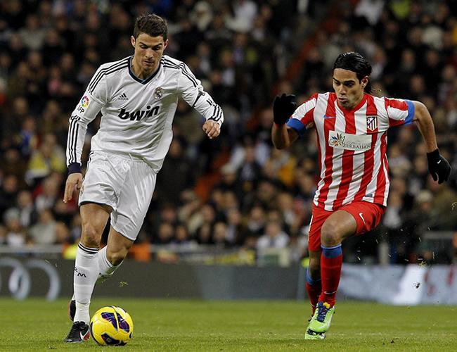 El delantero portugués del Real Madrid Cristiano Roandlo (i) escapa del colombiano Radamel Falcao. Foto: EFE