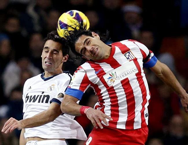 El delantero colombiano del Atlético de Madrid, Radamel Falcao (d), lucha la pelota aérea con el defensa del Real Madrid, Álvaro Arbeloa. Foto: EFE