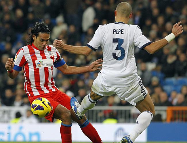 El defensa portugués del Real Madrid, Pepe (d), intenta robar la pelota al delantero colombiano Falcao García. Foto: EFE