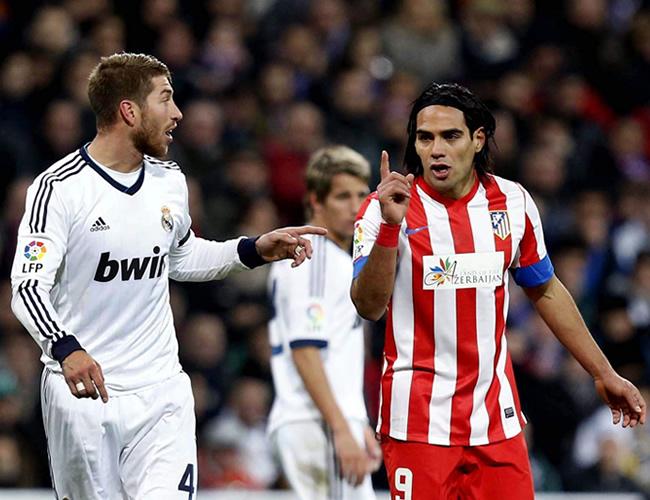 El defensa del Real Madrid Sergio Ramos (i) y el delantero colombiano Radamel Falcao, del Atlético de Madrid discuten durante el partido. Foto: EFE