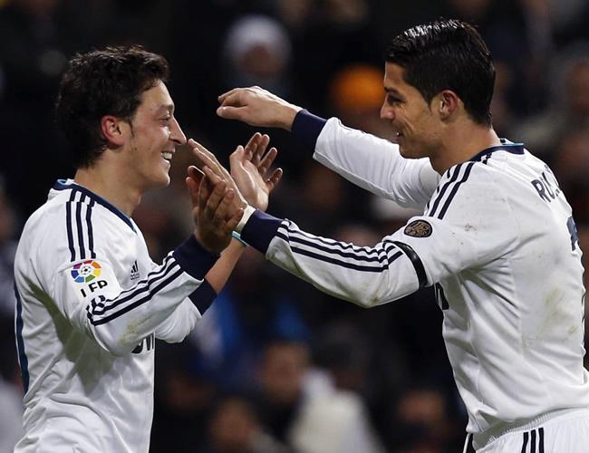 Mesut Özil (i) y Cristiano Ronaldo (d), los autores de los goles, celebran la victoria del Real Madrid. Foto: EFE