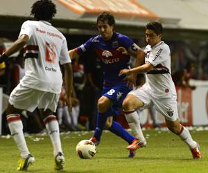 El jugador de Tigre Martin Galmarini lucha por el balón con Bruno Cortez de Sao Paulo. EFE