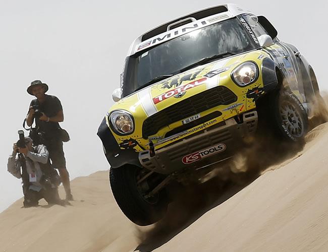 Sainz abandona y el Dakar se prepara para el duelo Peterhansel-Al-Attiyah