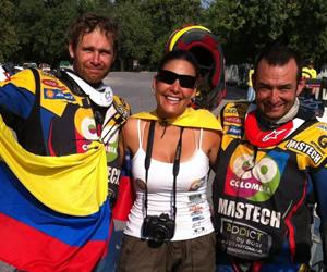 Los pilotos colombianos Mateo Moreno (i) y Marco Antonio Saldarriaga (d) tras finalizar la competencia. Foto: Facebook Reto Dakar