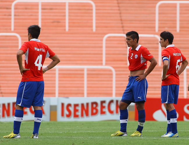 Jugadores de Chile lamentan el gol del empate de Paraguay. Foto: EFE